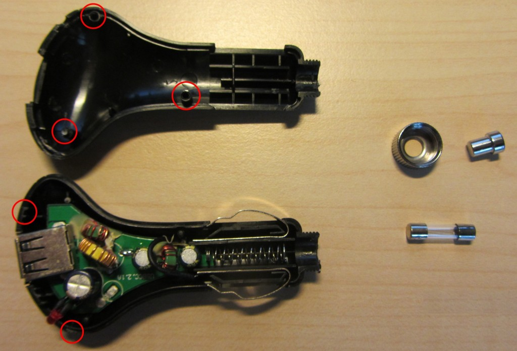 Geöffneter KFZ-Lade-Adapter